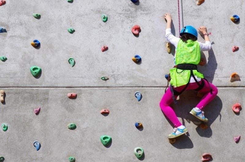 Ściana wspinaczkowa dla dzieci - świetna propozycja spędzenia dnia na sposób aktywny