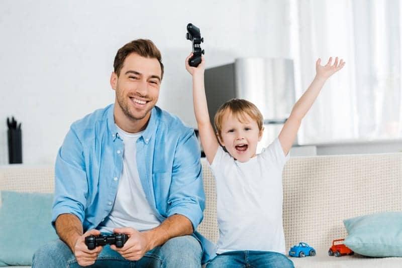 Chłopiec wygrywa ze swoim tatą
