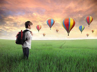uczeń patrzy na balony