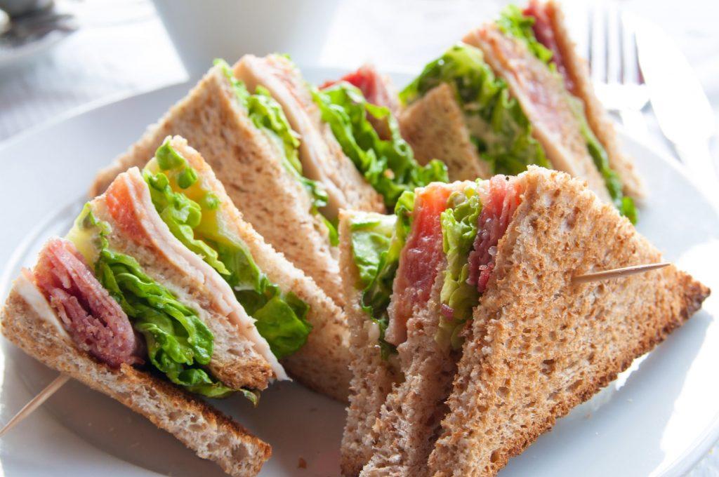 Trójkątne kanapeczki znikają w kilka sekund. Warto przygotować liczne zapasy. To się nazywa jedzenie na przyjęcie dla dzieci
